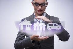 Die junge Geschäftsfrau im Versicherungskonzept Stockbild