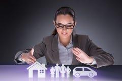 Die junge Geschäftsfrau im Versicherungskonzept lizenzfreie stockbilder