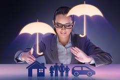 Die junge Geschäftsfrau im Versicherungskonzept Lizenzfreies Stockfoto