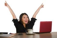 Die junge glückliche und schöne asiatische japanische Geschäftsfrau, die erfolgreiche Jobleistung feiert, regte das Anheben von A stockbild
