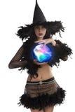 Die junge Hexe, die mit magischer Kugel aufwirft Stockfoto