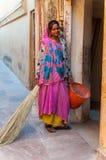 Die junge indische Dame in der bunten Sari bei der Arbeit Lizenzfreies Stockbild