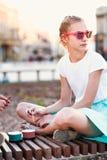 Die junge Jugendliche, die Zeit im Stadtzentrum verbringt, genießen, Eiscreme an einem Sommertag zu essen Stadtzentrum im Hinterg Stockfotografie