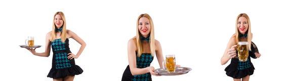Die junge Kellnerin mit Bier auf Wei? lizenzfreie stockfotos