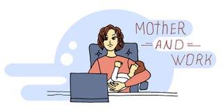 Die junge Mutter, die am Tisch sitzt, hält das Baby in ihren Armen und in Arbeiten über einen Laptop lizenzfreie abbildung