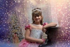 Die junge Prinzessin im Weiß mit einem Klavier Stockbild