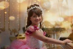 Die junge Prinzessin im Weiß mit einem Klavier Stockfoto