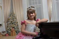 Die junge Prinzessin im Weiß mit einem Klavier Lizenzfreies Stockbild