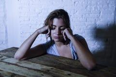 Die junge schöne traurige und deprimierte schauende Frau vergeudete und frustrierte leidende Schmerz und Krisengefühl niedrig und Stockfotografie