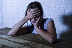 Die junge schöne traurige und deprimierte schauende Frau vergeudete und frustrierte leidende Schmerz und Krisengefühl niedrig und Stockbilder