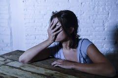 Die junge schöne traurige und deprimierte schauende Frau vergeudete und frustrierte leidende Schmerz und Krisengefühl niedrig und Stockfoto