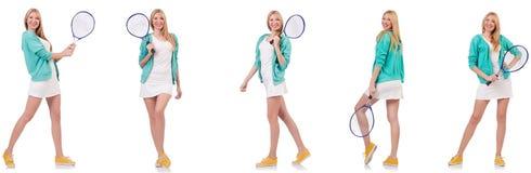 Die junge sch?ne Dame, die das Tennis lokalisiert auf Wei? spielt stockfoto