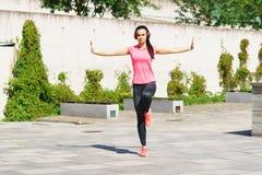 Die Junge, Sitz und sportliche Frau, die Yoga tun, üben im Freien aus Des Sports, städtischen und gesunden Lebensstilkonzept der  Lizenzfreies Stockfoto