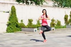 Die Junge, Sitz und sportliche Frau, die Yoga tun, üben im Freien aus Des Sports, städtischen und gesunden Lebensstilkonzept der  Lizenzfreie Stockfotos