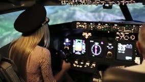 Die Jungeblondine steuern das Passagierflugzeug stock video