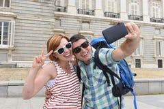 Die jungen amerikanischen Paare, die Spanien-Feiertag genießen, lösen aus, selfie Fotoselbstporträt mit Handy nehmend Lizenzfreie Stockbilder