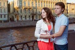 Die jungen emracing Paare, schauen nach links mit Hoffnung und Aufmerksamkeit stockfoto