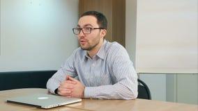 Die jungen erwachsenen männlichen Studenten, die in der modernen Universität sprechen, klassifizieren stock video footage