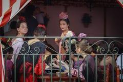 Die jungen Frauen, die traditionellen Flamenco tragen, kleiden bei April Fair Seville an Lizenzfreie Stockbilder