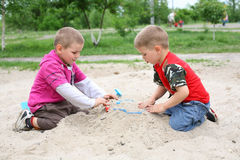 Die Jungen im Sandkasten Stockfotografie