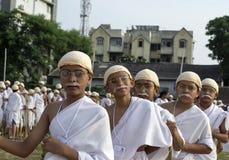 Die jungen Kinder, die in der Warteschlange stehen, kleideten oben als Gandhi für Welt an Lizenzfreie Stockfotos