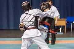 Die Jungen konkurrieren im Kobudo Stockfotos