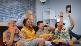 Die jungen Leute, die mit ihrem Sportteamspiel traurig erhalten, passten im Fernsehen auf stock video