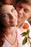 Die jungen Paare in der Liebe mit stiegen lizenzfreie stockfotos