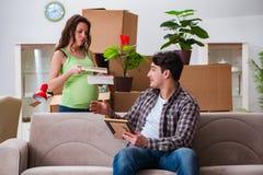 Die jungen Paare des Mannes und der schwangeren Frau, die Baby erwarten Stockbilder