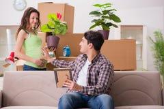 Die jungen Paare des Mannes und der schwangeren Frau, die Baby erwarten Stockbild