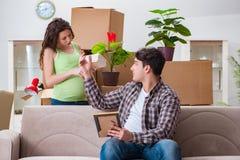 Die jungen Paare des Mannes und der schwangeren Frau, die Baby erwarten Lizenzfreies Stockbild