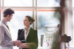 Die jungen Paare, die an leichtem Schlag arbeiten, verschalen im Büro Lizenzfreie Stockfotos