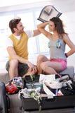 Die jungen Paare, die zur Sommerferienverpackung gehen, bauschen sich Stockbild