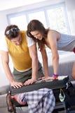 Die jungen Paare, die zur Sommerferienverpackung gehen, bauschen sich Lizenzfreie Stockbilder