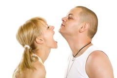 Die jungen Paare spielen getrennt auf Weiß Stockfotos