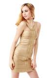 Die jungen schönen Frauen in einem goldenen Kleid Isolierung auf einem Whit Lizenzfreie Stockfotografie