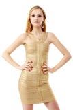 Die jungen schönen Frauen in einem goldenen Kleid Isolierung auf einem Whit Stockfotos