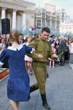 Die jungen Schauspieler, die als Armeesoldaten durchführen am Theater gekleidet werden, quadrieren Stockbild