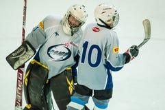 Die Jungen spielen Hockey Stockbild