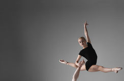 Die jungen Tänzer des modernen Balletts auf grauem Studio Stockbilder