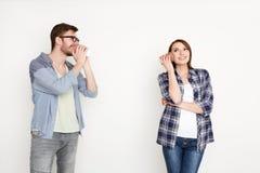 Die jungen zufälligen Paare, die durch Blechdose sprechen, rufen an Lizenzfreies Stockfoto