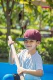 Die Jungenbootfahrt im Park lizenzfreie stockfotos