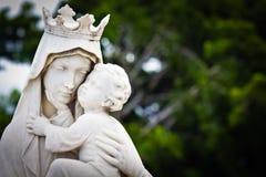 Die Jungfrau Maria, die das Schätzchen Jesus trägt Stockfotografie
