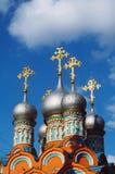 Die Jungsau kreuzt auf Hauben der orthodoxen Kirche Stockfotografie