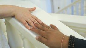 Die Jungvermählten der Hände werden zusammen verpfändet stock video footage
