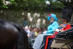 Die Königin und der Herzog von Edinburgh auf Pferden-Abdeckung Lizenzfreie Stockfotografie