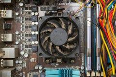 Die Kühlvorrichtung über dem abkühlenden Heizkörper des Prozessors wird mit Staub Innenansicht der Fall von einem Personal-Comput lizenzfreies stockfoto
