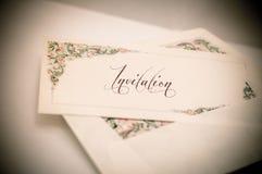Die künstlerische Weinlese redigieren von einem verzierten Kartenbrief mit und von einem envelo Lizenzfreie Stockbilder