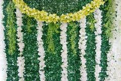 Die künstliche Graswand wurde mit Blumen geschmückt lizenzfreie stockfotos