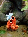 Die künstlichen Fische und die zutreffenden Fische stockfotos